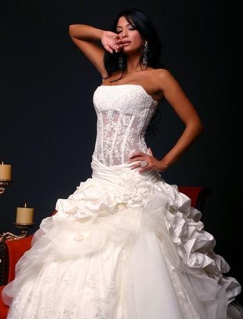 Carrie underwood s monique lhuillier wedding gown is a for Bra under wedding dress